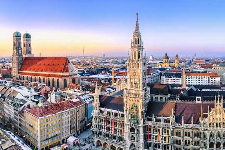 Web-Panorama-view-of-Munich-City-Hall-and-the-Frauenkirche