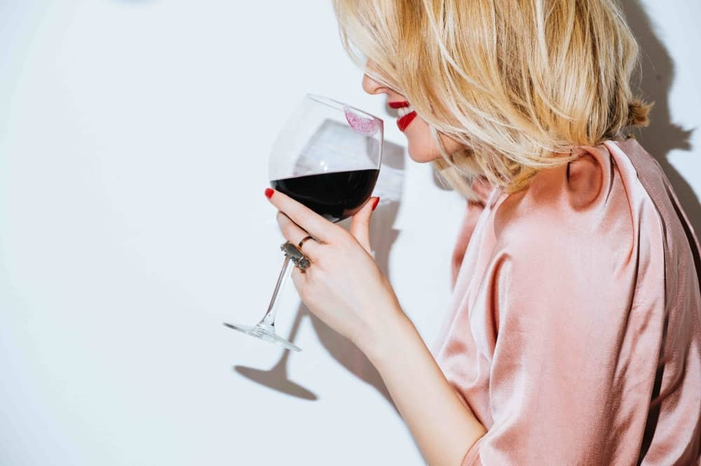 BLONDE WOMAN DRINKING RED WINE