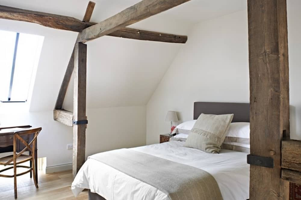 Manor Farm Courtyard Cottages Hampstead Norreys Berkshire beams double bed white walls beige and cream decor