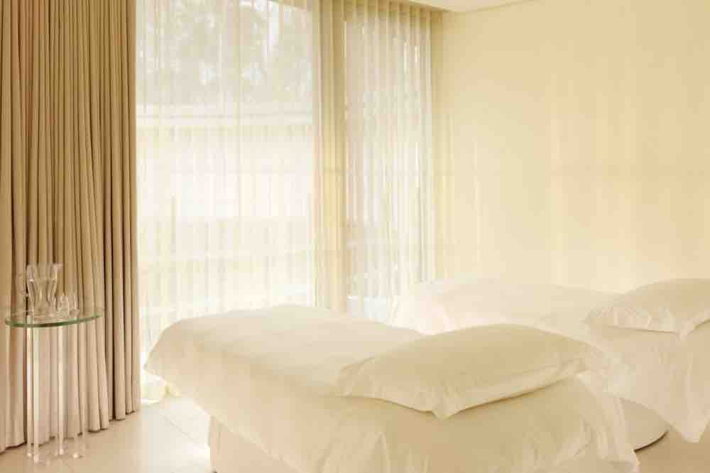 ascot-coworth-park-spa-double-treatment-room-landscape cream voile and beige rooms accessories