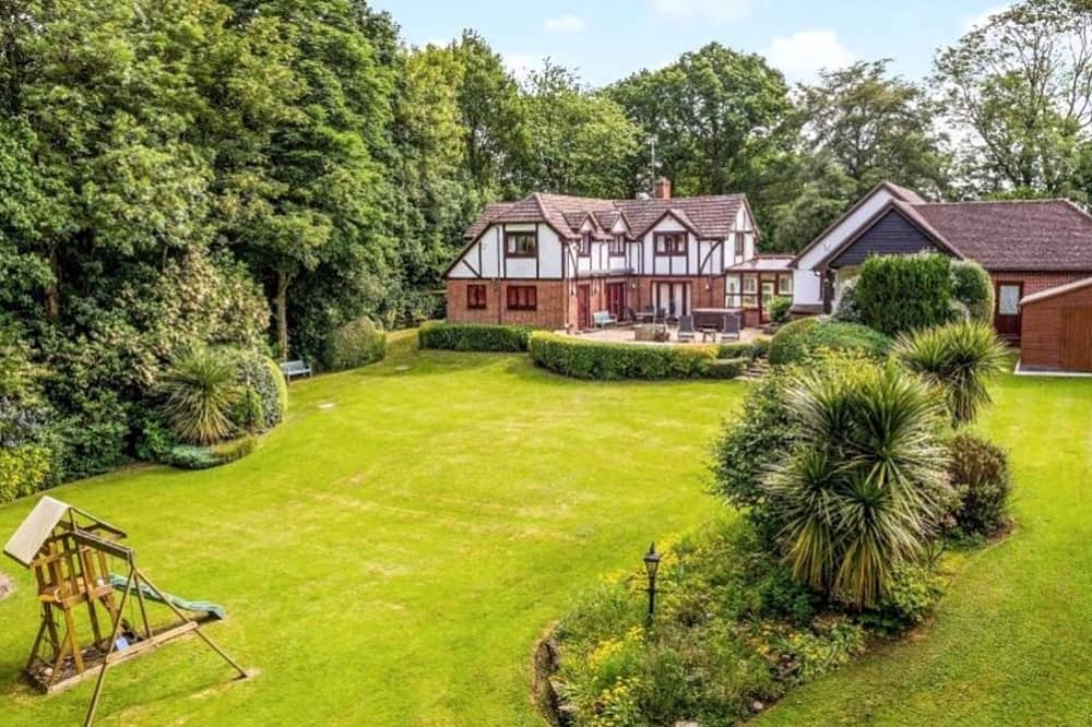 Large mock tudor house with large garden in Bucklebury Berkshire