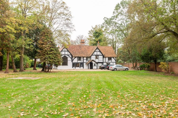 Large Elizabethan white and black house in Windsor with 30ft great hall – to rent