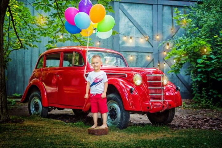 Child retro car with balloons