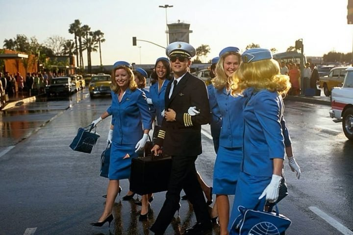 Leonardo Dicaprio as piloot in Catch Me If You Can with PanAm Air hostesses