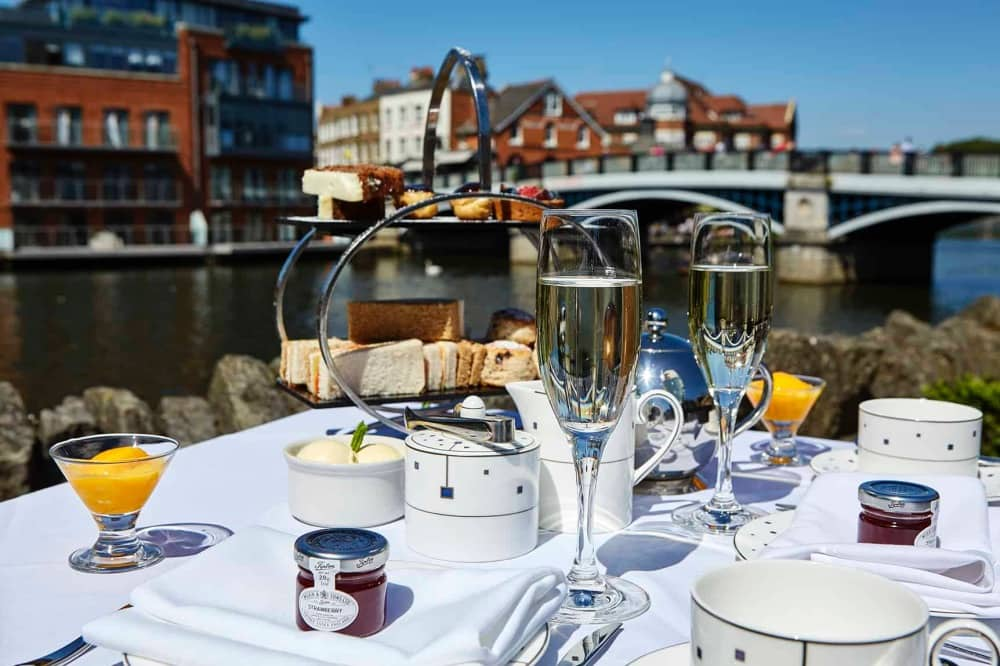 Si Christopher Wren AFTERNOON TEA BY THE RIVER